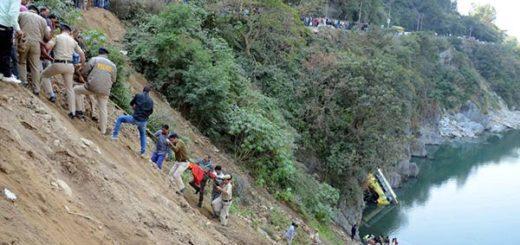 En la India, un autobús que cae al río causa la muerte de 16 personas  Foto:  EFE