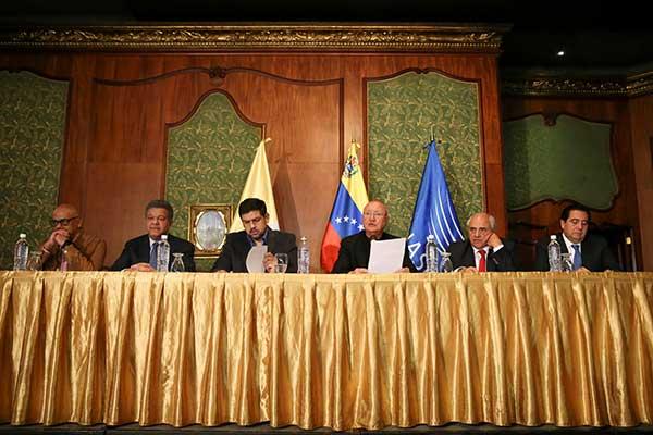 Encuentro entre Gobierno y oposición con mediadores internacionales | Foto: Reuters