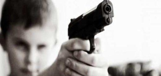 Niño acciona accidentalmente un arma y dispara  a su amigo |Foto referencial
