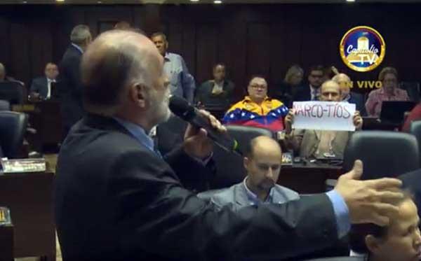 La pancarta dedicada a Nicolás Maduro y Cilia Flores | Foto: Captura de video
