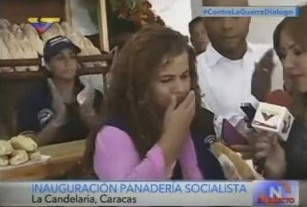 Iris Varela se niega a probar el pan de moringa que le ofrecieron   Foto: Captura de video
