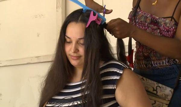 Mujeres venezolanas venden su cabello por pesos | Foto: Captura de video