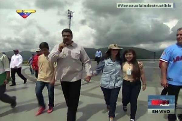 Nicolás Maduro y Cilia Flores junto a delegados estudiantiles  Foto: La Patilla