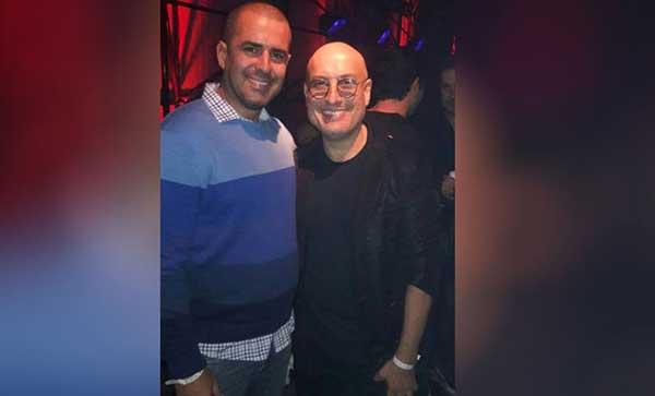 El diseñador Ángel Sánchez (derecha) junto a un comerciante de ropa deportiva | Foto: Caraota Digital