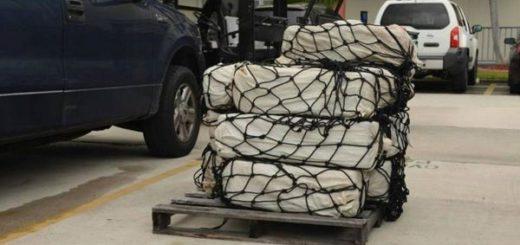 fardos con 350 kilos de cocaína incautados | Foto: Servicio de Guardacostas de los EEUU