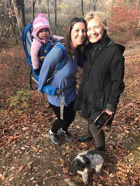 Margo Gerster se encontró con Hillary Clinton paseando en Chappaqua, N.Y. | Foto: FACEBOOK/MARGOT GERSTER