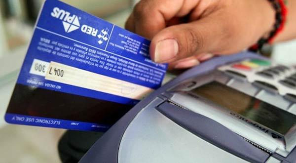 Cobran hasta 15% por uso de tarjetas de débito en mercados populares