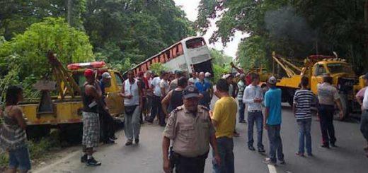 Acidente en la Troncal 9 entre dos autobuses, una gandola y un camión  Foto: Twitter