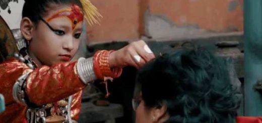 Durante las festividades, los fieles se acercan a la Kumari para ser bendecidos.   Foto: BBC Mundo