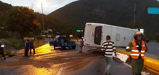 Accidente en autopista Caracas-La Guaira dejó cinco heridos | Foto vía Twitter