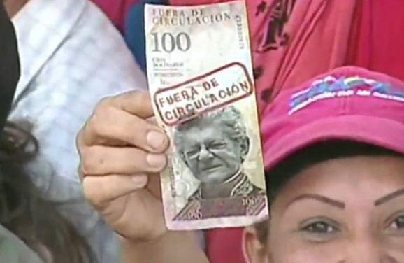 Chavista con billete
