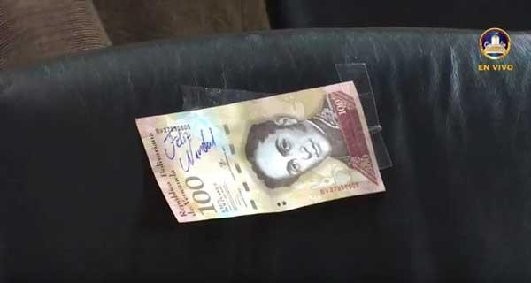 Billete de 100 bolívares que dejaron los diputados opositores en los curules de la bancada oficialista