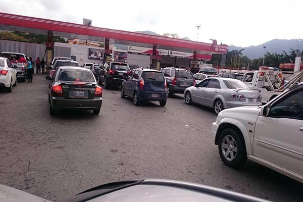 Realizan largas colas para sutirse de gasolina  Foto Twitter