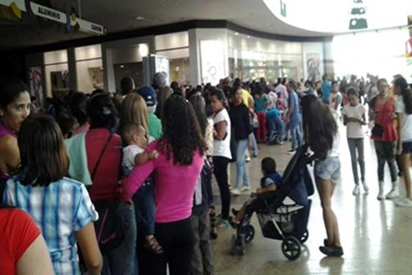 Venezolanos hicieron colas hasta de 9 horas en tiendas EPK |Foto: Sumarium