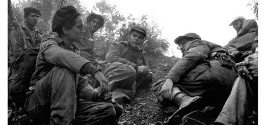 Guerrilleros en Sierra Maestra. Che Guevara (en el centro) y Fidel Castro, con gafas |Foto: El País
