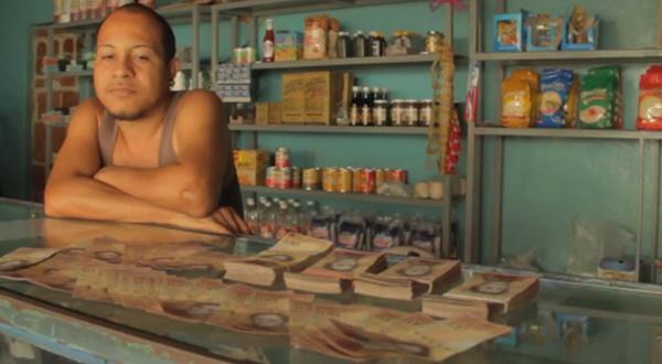 Álex sólo acepta dinero en efectivo en su abasto, aunque los fines de semana dispone de un punto de venta para tarjeta. | Foto: BBC Mundo