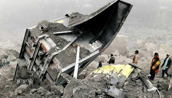 Ocho muertos y numerosos desaparecidos por el derrumbe de una mina en India | Foto: AFP