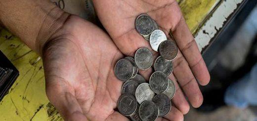 Comerciantes caraqueños ya tienen en sus manos las monedas de 50 Bs |Foto: AFP