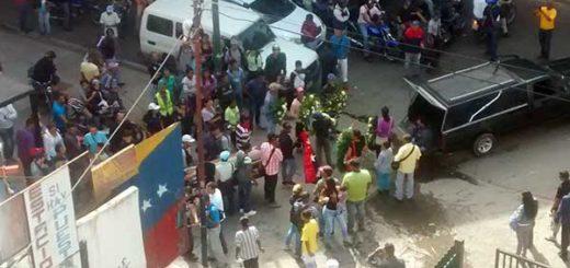 Colectivos chavistas dispararon armas largas por cortejo fúnebre en Petare | Foto: Michel Paradas