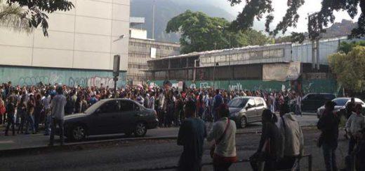 Multitud en La Urbina es reprimida con bombas lacrimógenas |Foto Twitter