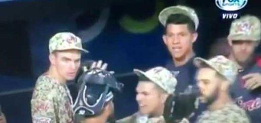 El lanzador Daniel Hurtado y el receptor Juan Graterol se fueron a los golpes | Foto: Captura de video