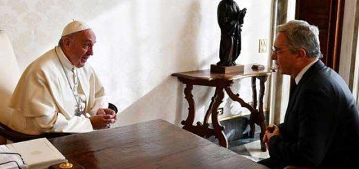 Expresidente colombiano Álvaro Uribe y el Papa Francisco | Foto: EFE