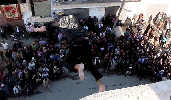 Hombre acusado de homosexual en Alepo | Foto: @Terror_Monitor