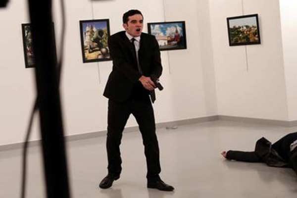 Sujeto que mató al embajador de Rusia en Turquía  Foto: AP