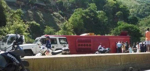 Choque entre un camión y un autobús Sitssa  Foto: Twitter