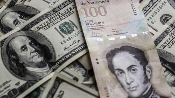 El billete de 100 bolívares tiene un cambio oficial de US$0,15, pero en el mercado negro del dólar solo alcanza US$0,02. GETTY IMAGES