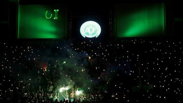 Aficionados del club Chapecoense rinden homenaje a sus jugadores fallecidos en accidente aéreo en el estadio Arena Conda de Chapecó, Brasil.Ricardo MoraesReuters