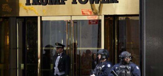 Oficiales del Departamento de Policía de Nueva York junto a la Torre Trump   Foto: EFE