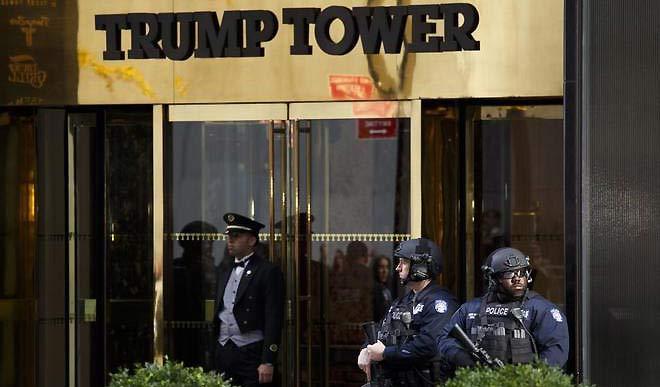 Oficiales del Departamento de Policía de Nueva York junto a la Torre Trump | Foto: EFE