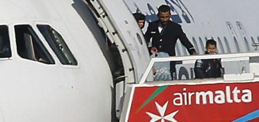 Primera imagen de los pasajeros liberados del avión libio secuestrado | REUTERS
