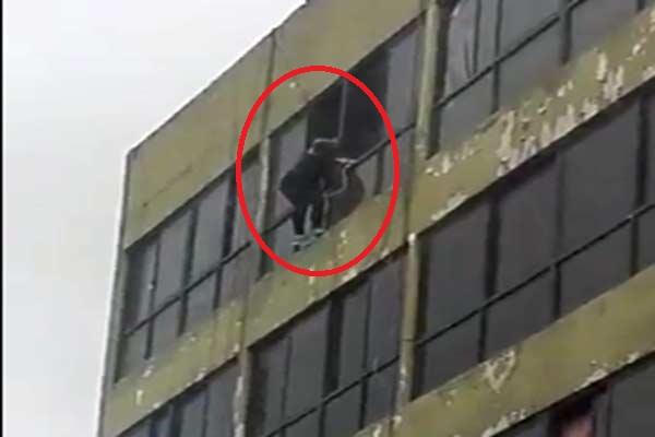 Mujer se lanzó al vacío de un edficio en Los Teques |Captura de video