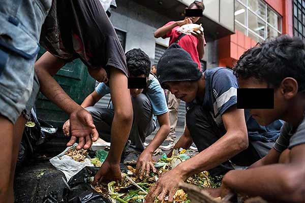 Venezolanos comiendo de la basura | Foto: Cristian Hernández, @FORTUNECRIS