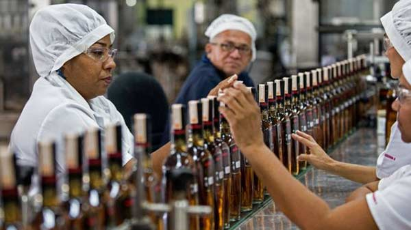 El ron ha ganado presencia por el encarecimiento de un whisky que cada vez es más difícil de importar | Foto: AFP