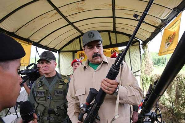 Nicolás Maduro aprueba dinero para la compra de fusiles   Foto: AFP