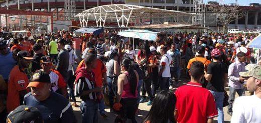 Fanáticos de Águilas exigieron las ventas de las entradas en desbordante cola que terminó en trifulca | Foto: Noticia al día