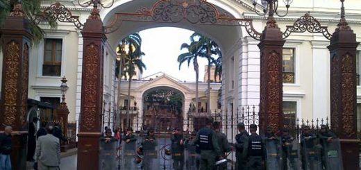 Alrededores de la Asamblea Nacional amenecieron fuertemente custodiados | Foto: Derlys Marchán (@dmarchan_gv )