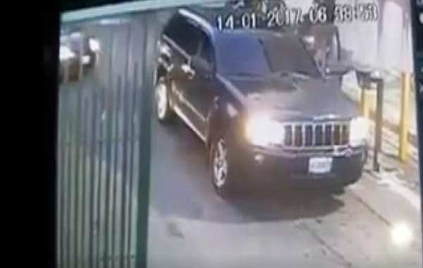 Delincuentes roban una camioneta en Baruta |Captura de video