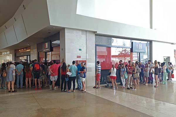 Colas en tiendas Carolina Herrera |Foto: Andrews Abreu