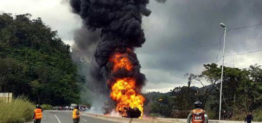 Colisión de vehículos en la ARC Miranda  Foto: @AndrewsAbreu