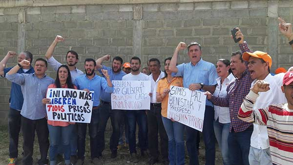 Dirigentes de VP exigieron libertad de Gilber Caro en la cárcel 26 de julio   Foto: Foto: @AlfredoJimenoR