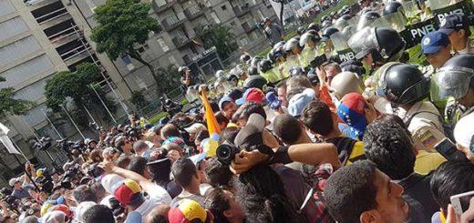 Opositores tuvieron un encontronazo con piquete de la PNB en la Av. Libertador |Foto: Twitter