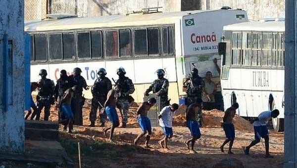 Policía brasileña traslada a sus presos para evitar una nueva masacre | Foto: AFP