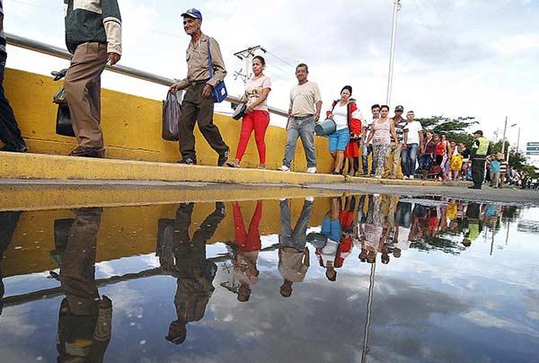 Venezolanos cruzando la frontera |Foto: EFE