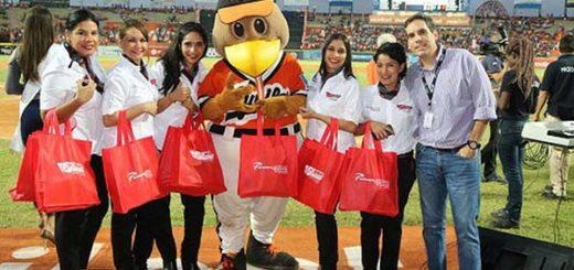 Aserca y SBA Airlines obsequiaron boletos a fanáticos de Águilas del Zulia | Foto: Prensa LVBP
