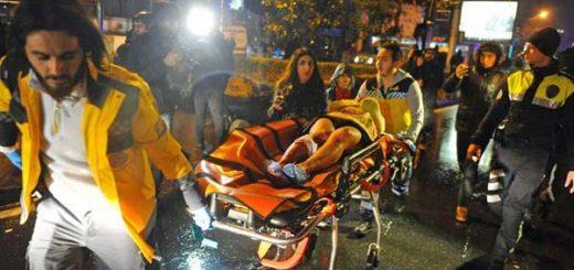 El traslado de uno de los heridos por el ataque en Estambul| Foto: AFP