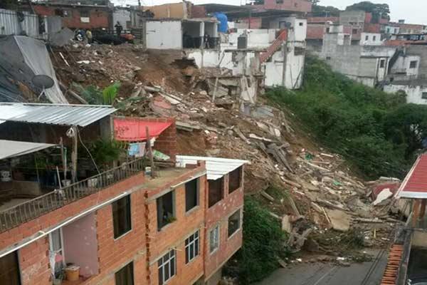 Cuatro viviendas colapsan en Petare | Foto: Twitter